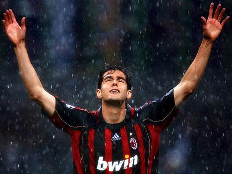 Kaká también levanta los brazos para que le caigan los euros
