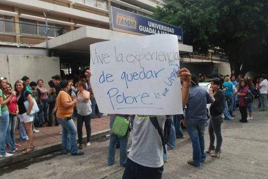 Los alumnos se manifestaron en la calle con cartulinas (en esta se parodia uno de los slogans de la escuela), pintaron carros y gritaron algunas consignas