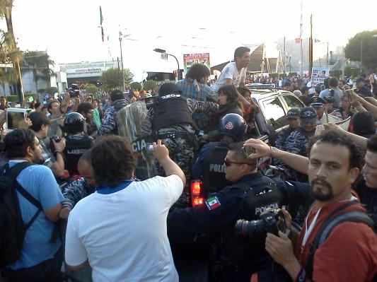 Policías de Guadalajara se llevan a los detenidos.