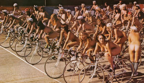 Para prevenir los robos, estas mujeres mejor le quitaron de una vez el asiento a sus bicicletas.
